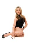 Attraktive blonde Dame im Schwarzen Lizenzfreie Stockfotos