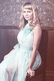 Attraktive junge blonde Frau Stockfotografie