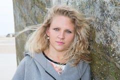 Attraktive junge blonde Frau, die draußen aufwirft Stockfotos