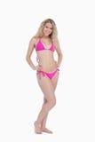 Attraktive junge blonde Frau, die einen Badeanzug trägt Stockbild