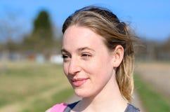 Attraktive junge blonde Frau draußen im Sonnenschein Stockbilder