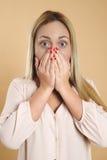 Attraktive junge blonde Frau ist überrascht Lizenzfreie Stockbilder