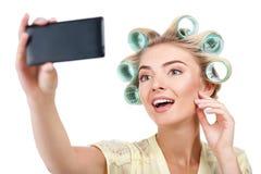 Attraktive junge blonde Frau macht selfie Stockbilder