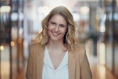 Attraktive junge blonde Frau mit einem süßen Lächeln Stockbilder