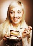 Attraktive junge blonde Frau mit Kaffee Lizenzfreie Stockfotos