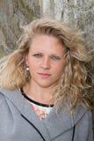 Attraktive junge blonde Frau oder jugendlich Außenseite Lizenzfreies Stockbild