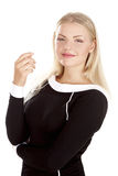 Attraktive junge blonde Geschäftsfrau, die mit ihren Armen gekreuzt steht Stockfoto
