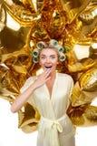 Attraktive junge blonde Hausfrau mit der Verblüffung Lizenzfreies Stockfoto