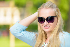 Attraktive junge blonde smilling Frau Stockfotografie