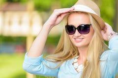 Attraktive junge blonde smilling Frau Stockbild