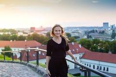 Attraktive junge Blondine in der Stadt bei Sonnenuntergang Lizenzfreie Stockfotos