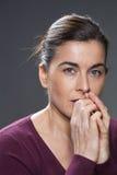 Attraktive junge Brunettefrau, die besorgt schaut Stockfotos