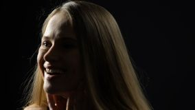 Attraktive junge Dame überrascht durch unerwartete Gesichtsnahaufnahme der anwesenden und guten Nachrichten stock video footage