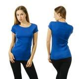 Attraktive junge Dame, die mit leerem blauem Hemd aufwirft lizenzfreies stockbild