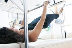Attraktive junge Dame, die pilates tut stockfotos