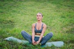 Attraktive junge Eignungsfrau, die im Park übt Sportbetrug Lizenzfreies Stockbild
