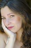 Attraktive junge erwägende Frau des Porträts lizenzfreies stockfoto