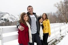 Attraktive junge Erwachsene, die zusammen im Winter spielen Stockfotografie