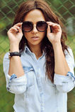 Attraktive junge Frau in den Sonnenbrillen Stockbild