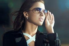 Attraktive junge Frau in den Sonnenbrillen Modeartporträt Lizenzfreies Stockbild