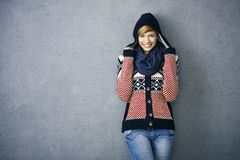 Attraktive junge Frau in der nordischen Strickjacke Stockbild