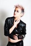 Attraktive junge Frau in der Punkkleidung lizenzfreies stockfoto