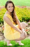 Attraktive junge Frau in der Stadt lizenzfreies stockfoto