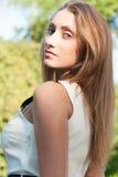 Attraktive junge Frau in der Stadt Stockfotos