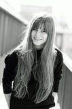 Attraktive junge Frau, die über der Stadtansicht aufwirft stockfotografie