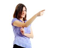 Attraktive junge Frau, die auf etwas zeigt Stockbilder