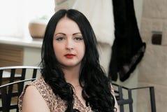Attraktive junge Frau, die auf Kamera schaut Lizenzfreie Stockbilder