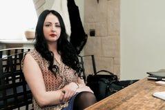 Attraktive junge Frau, die auf Kamera schaut Stockfoto