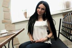 Attraktive junge Frau, die auf Kamera schaut Stockbilder