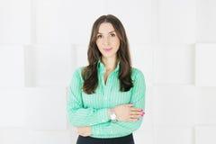 Attraktive junge Frau, die auf weißem Hintergrund steht Stockfoto