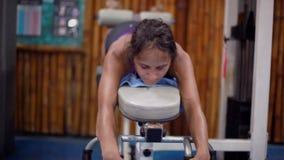 Attraktive junge Frau, die Beinpresseübungen tut 1920x1080 stock video