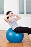 Attraktive junge Frau, die das Handeln sitzt, ups Stockfoto