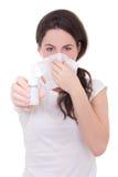 Attraktive junge Frau, die das Nasenspray lokalisiert auf Weiß zeigt Stockfoto
