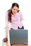 Attraktive junge Frau, die an dem Computer arbeitet Stockfotos