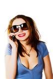 Attraktive junge Frau, die durch Handy benennt Lizenzfreie Stockbilder