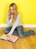 Attraktive junge Frau, die ein Buch liest Alle auf weißem Hintergrund Stockbilder