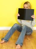 Attraktive junge Frau, die ein Buch liest Alle auf weißem Hintergrund Lizenzfreie Stockfotografie