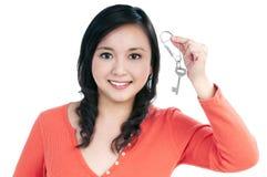 Attraktive junge Frau, die eine Taste anhält Stockfoto