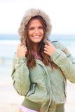 Attraktive junge Frau, die einen Mantel trägt Stockbilder