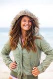 Attraktive junge Frau, die einen Mantel trägt lizenzfreies stockfoto