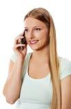 Attraktive junge Frau, die einen Telefonaufruf bildet Lizenzfreie Stockfotografie