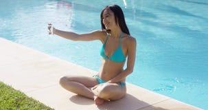 Attraktive junge Frau, die für ein selfie aufwirft stock video footage
