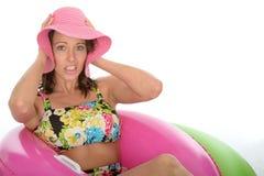 Attraktive junge Frau, die in Gummi-Ring Wearing einen Badeanzug sitzt lizenzfreie stockbilder