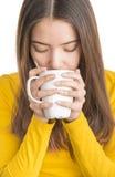 Attraktive junge Frau, die heißen Tee trinkt lizenzfreies stockbild