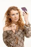 Attraktive junge Frau, die ihr Gesicht bildet Lizenzfreie Stockfotos