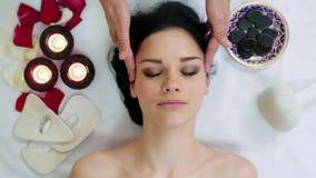 Attraktive junge Frau, die Kopfmassage empfängt stock video footage
